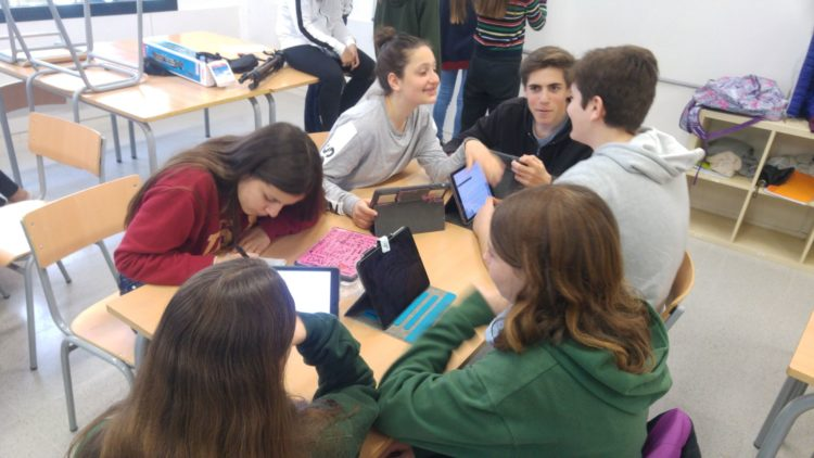 Sessió de treball d'un grup d'alumnes de l'institut Quatre Cantons. Curs 2017-2018.